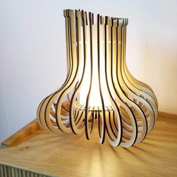Lampara encendida diseño de Maqula Design hecha en metacrilato y madera.