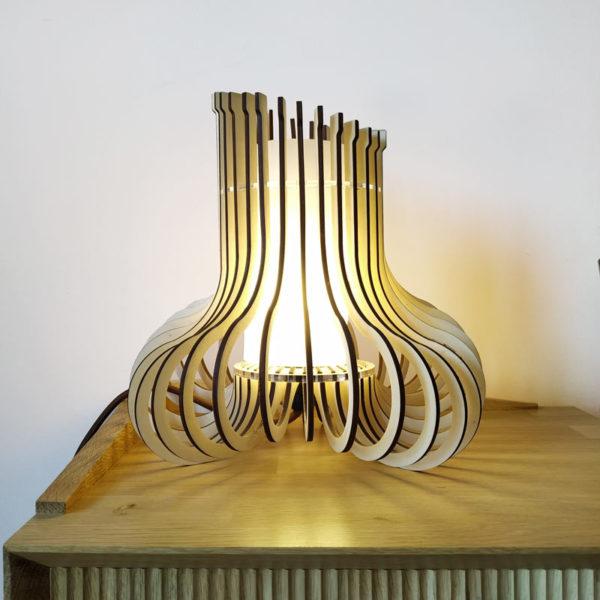 Lampara encendida de Maqula Design diseño asimétrico en madera y metacrilato