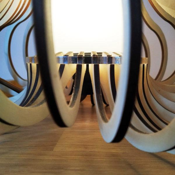 Detalle del interior de la lampara de madera y metacrilato diseño de Maqula Design.
